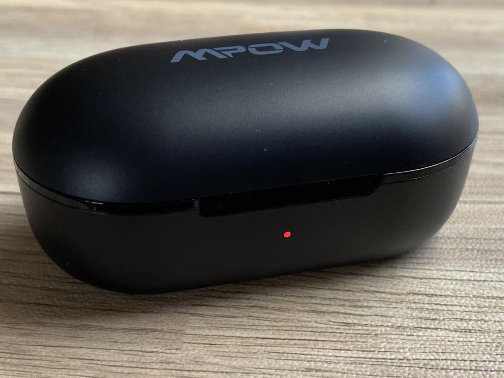【Mpow M30レビュー】4千円未満の圧倒的コスパ感!!超安定接続・良好な装着安定性・満足な音質・完全防水と必要なスペック揃い踏みの超高コスパTWS|外観:0~34%の場合は「レッド」に光ります。