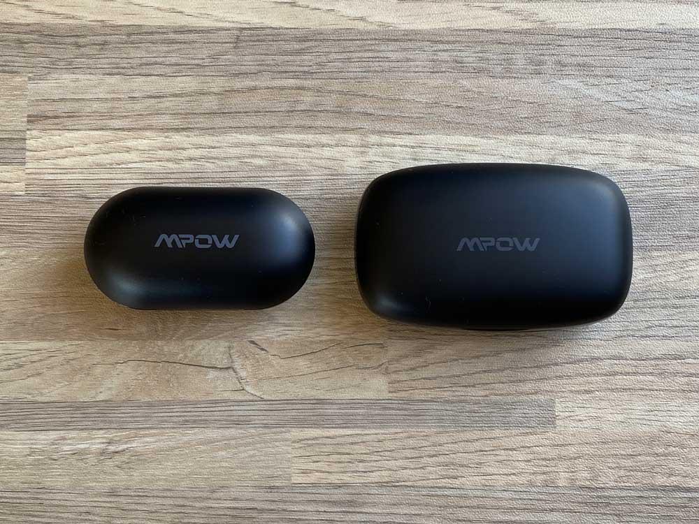【Mpow M30 plusレビュー】ベストセラーモデルにバッテリー機能を追加!良好な装着感・音質をそのままにバッテリーとしても使える完全ワイヤレスイヤホン|外観:「M30」と並べるとこんな感じです。 左が「M30」、右が「M30 plus」の充電ケースです。