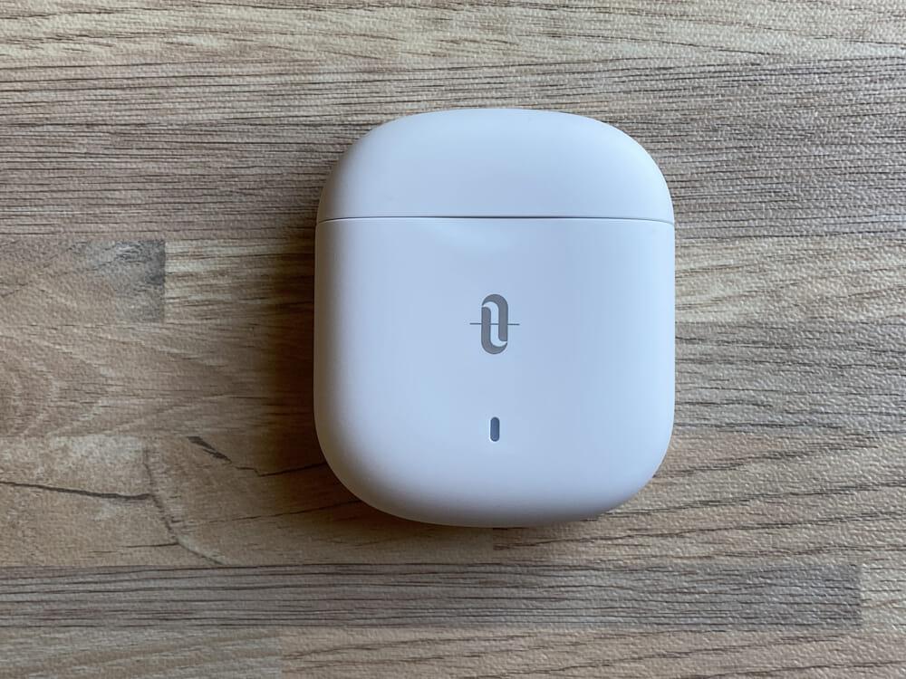 【TaoTronics SoundLiberty Pro S10レビュー】12mmドライバーの圧巻サウンドを備えたインイヤー型TWS!!新次元のコスパ感を誇る完全ワイヤレスイヤホン|外観:充電ケースは、オフホワイトな色使いで落ち着いた印象を受けます。 なおロゴマークの下には、LEDライトが搭載されています。