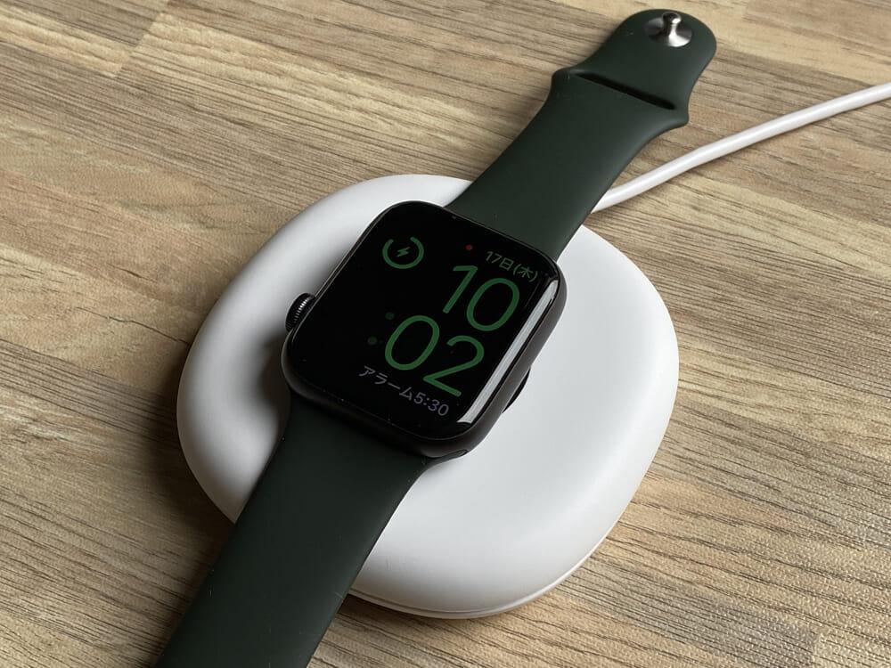【Anker Apple Watchドック型磁気充電器レビュー】充電製品のパイオニアAnker製アップルウォッチ充電器が登場!幅広いシリーズ対応のMagnetic Charging Dock|外観:なおアップルウォッチを平置きで充電する場合は、こんな感じ。