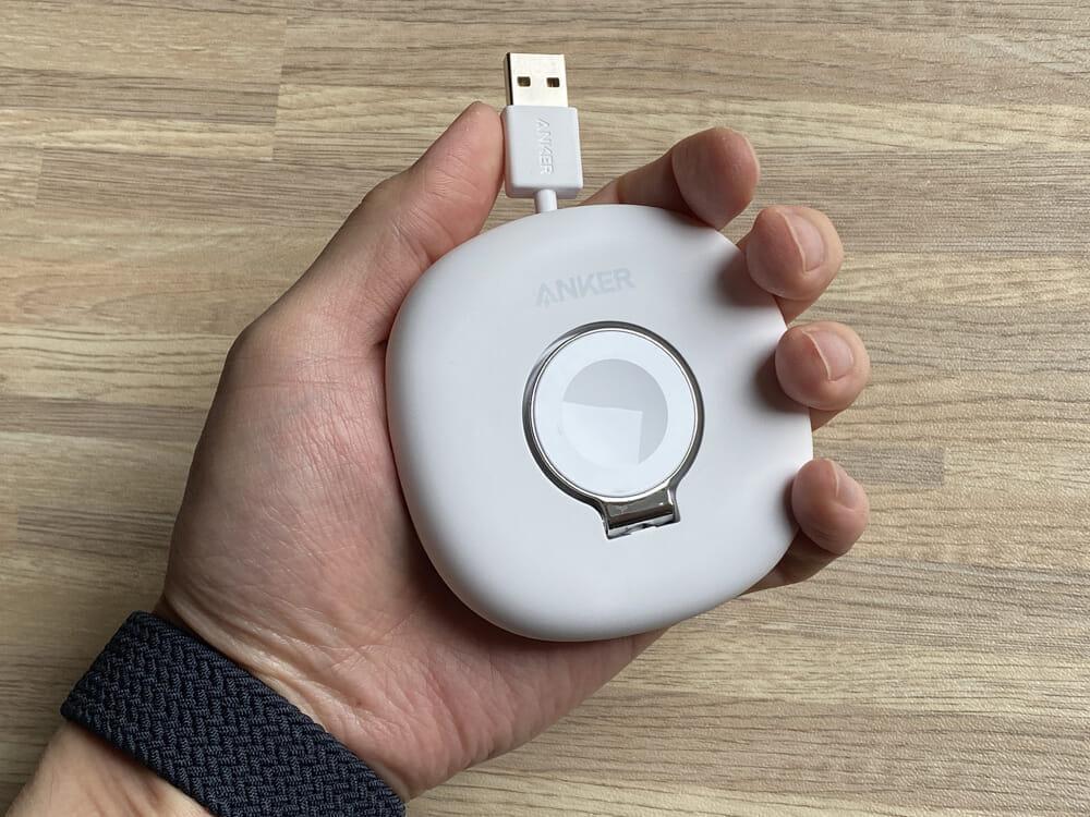 【Anker Apple Watchドック型磁気充電器レビュー】充電製品のパイオニアAnker製アップルウォッチ充電器が登場!幅広いシリーズ対応のMagnetic Charging Dock|外観:コンパクトさが売りということで手にしてみると、ちょうどよいサイズ感。