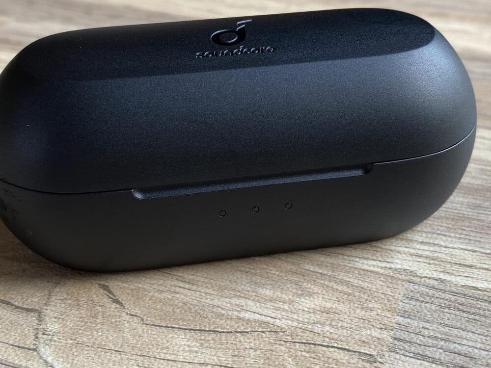 【Anker Soundcore Liberty Neo2レビュー】超割安感とハイスペックが共存!!ほぼ死角無し・価格不相応な秀逸スペック目白押しの大人気モデル後継機|外観:前面には3点LEDを搭載。