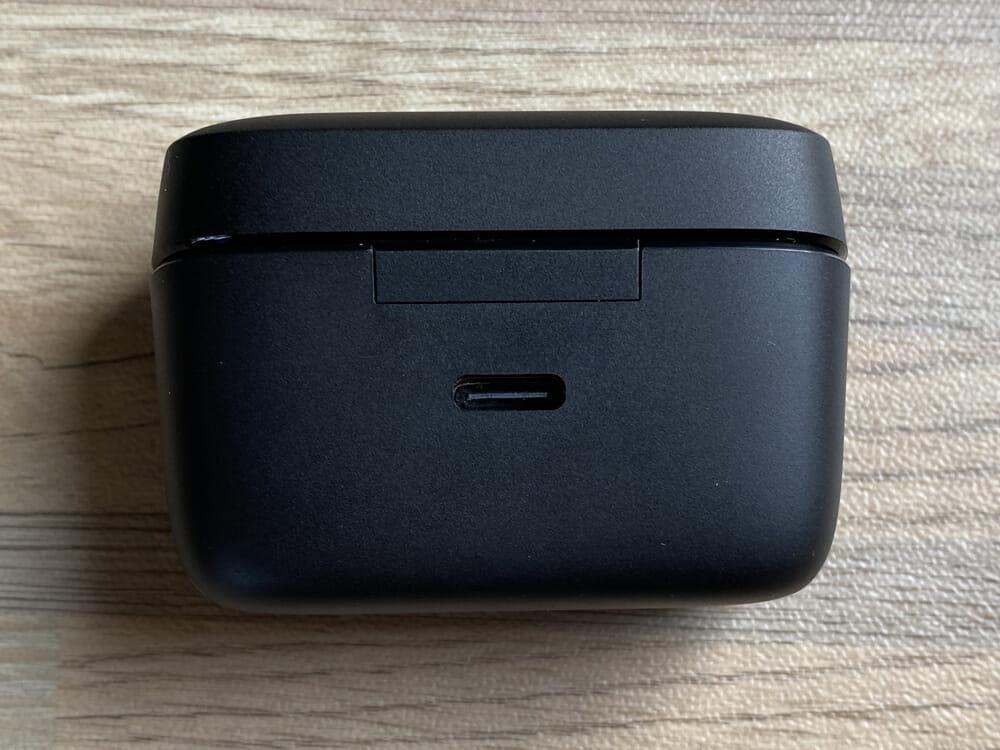 【JPRiDE TWS-335レビュー】常軌を逸した割安価格で必要十分なスペックを有したコスパモンスター完全ワイヤレス|ベストセラー機種TWS-520の性能を継承!|外観:充電ポートはUSB Type-Cが裏面にあります。