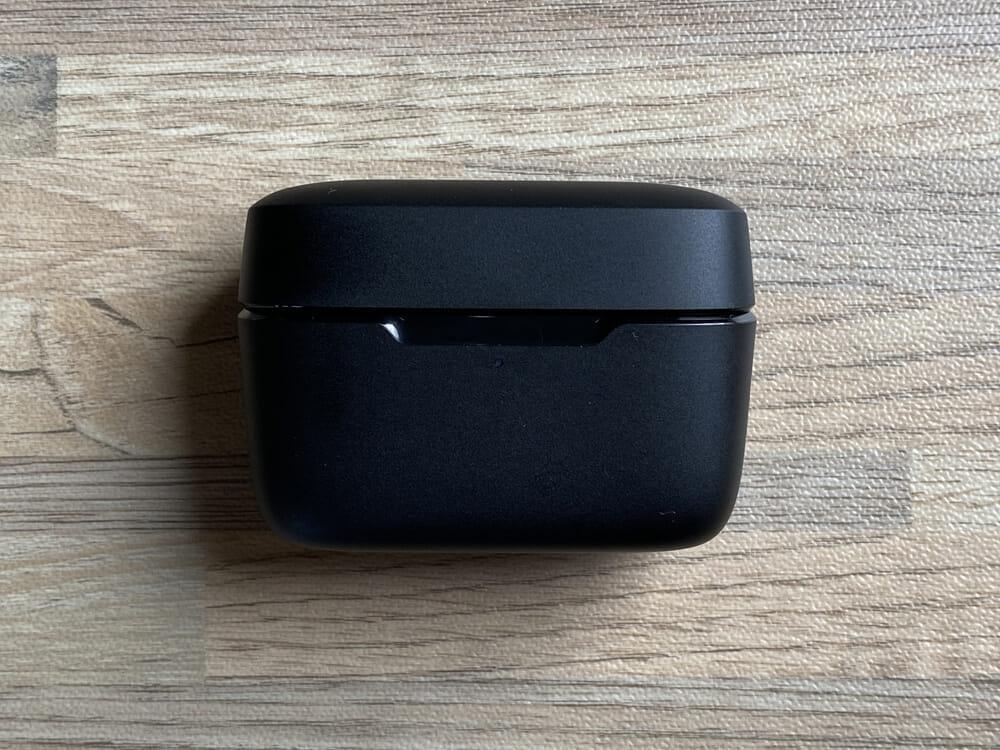 【JPRiDE TWS-335レビュー】常軌を逸した割安価格で必要十分なスペックを有したコスパモンスター完全ワイヤレス|ベストセラー機種TWS-520の性能を継承!|外観:充電ケースはいつものマットブラックな質感とシンプルなデザイン。