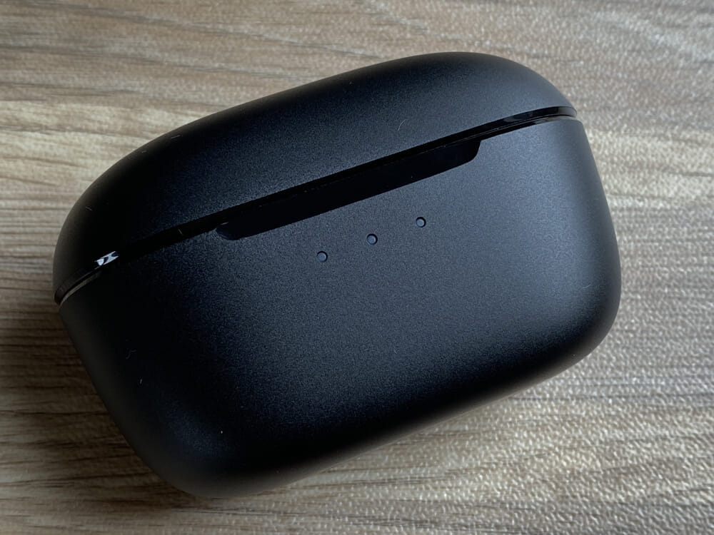 【JPRiDE TWS-5 ANCレビュー】AirPods Proに迫るノイキャン!?アンダー1万円最強のANC性能を誇る高性能TWS|12mmドライバー&最新通話ノイキャンも搭載|外観:前面には3点LEDが配されていて、