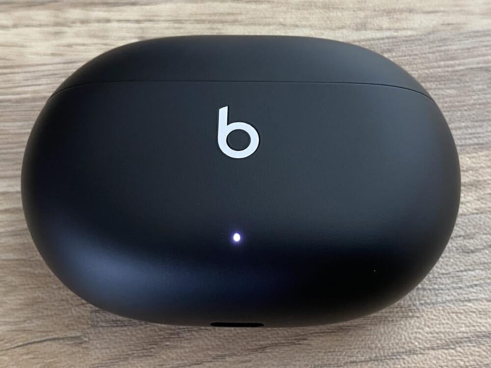 【Beats Studio Budsレビュー】秀逸ノイキャン&圧倒的ビーツサウンドの二刀流!ほぼ死角なしの超高コスパ完全ワイヤレスイヤホン|androidとも相性抜群!|外観・付属品:光っていないと分かりにくいですが、LEDはケース前面の下部に配されています。