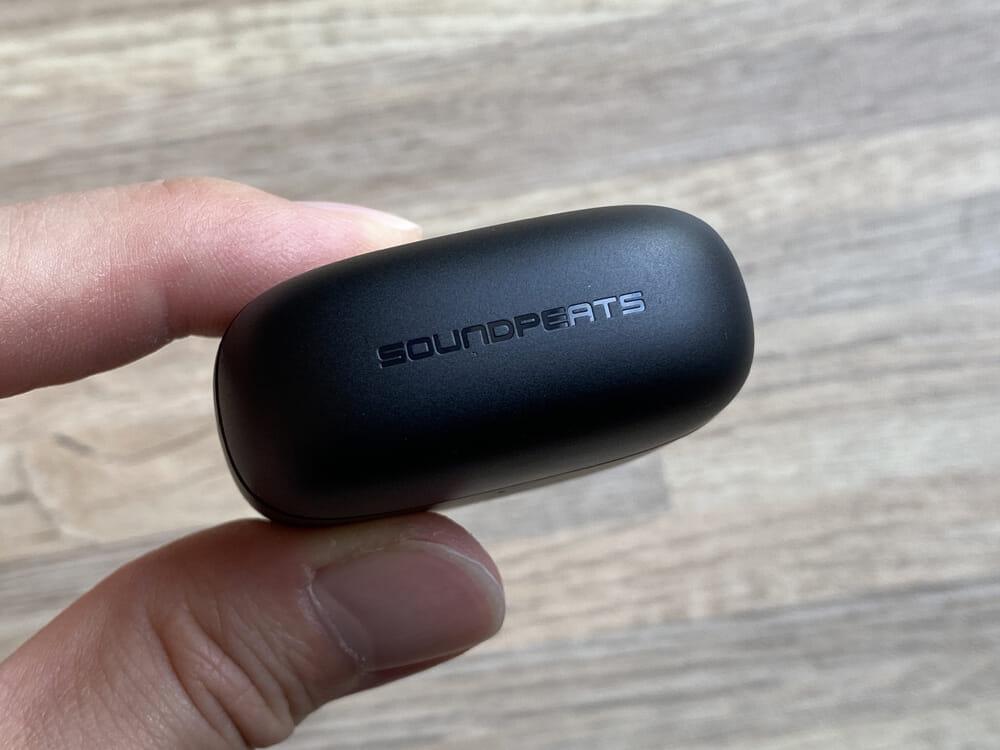 【SOUNDPEATS Air3レビュー】極小サイズ&超安定の無線接続が特徴的!大口径14.2mmドライバー搭載で音質も良好な高コスパ系完全ワイヤレスイヤホン 外観:SOUNDPEATSのロゴは、フタに刻印されています。